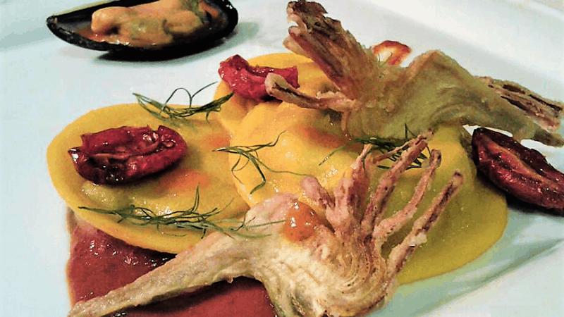 Tortello liquido di cozze, crema confit, chips violetto sardo e maionese con pomodorino pachino
